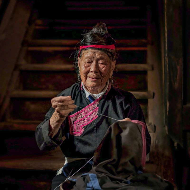 Needleworking Mother, Li  Hongzhi , China